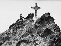 112-homme et croix au sommet