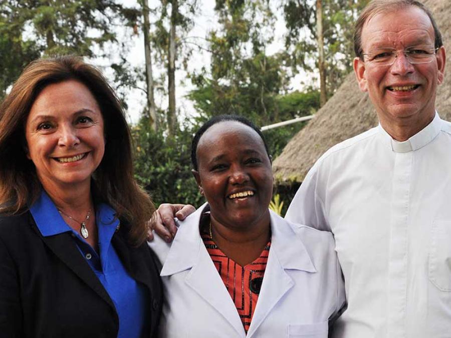 6-Uschi von Luttitz mit Schwester Meskel und missio-Präsident Monsignore Huber in der Gesundheitsstation in Taza.