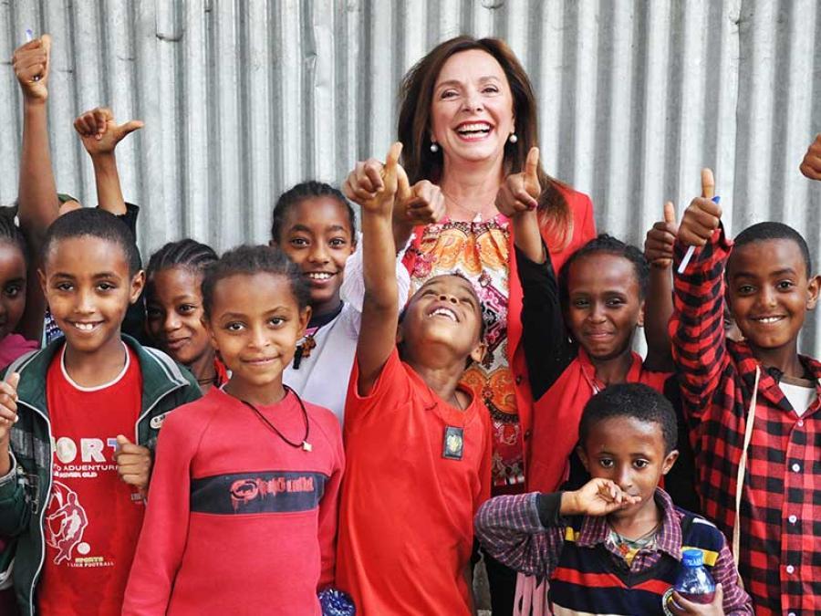 4-Gruppenfoto mit den Schülern des Schulspeisungspojekts in Addis.