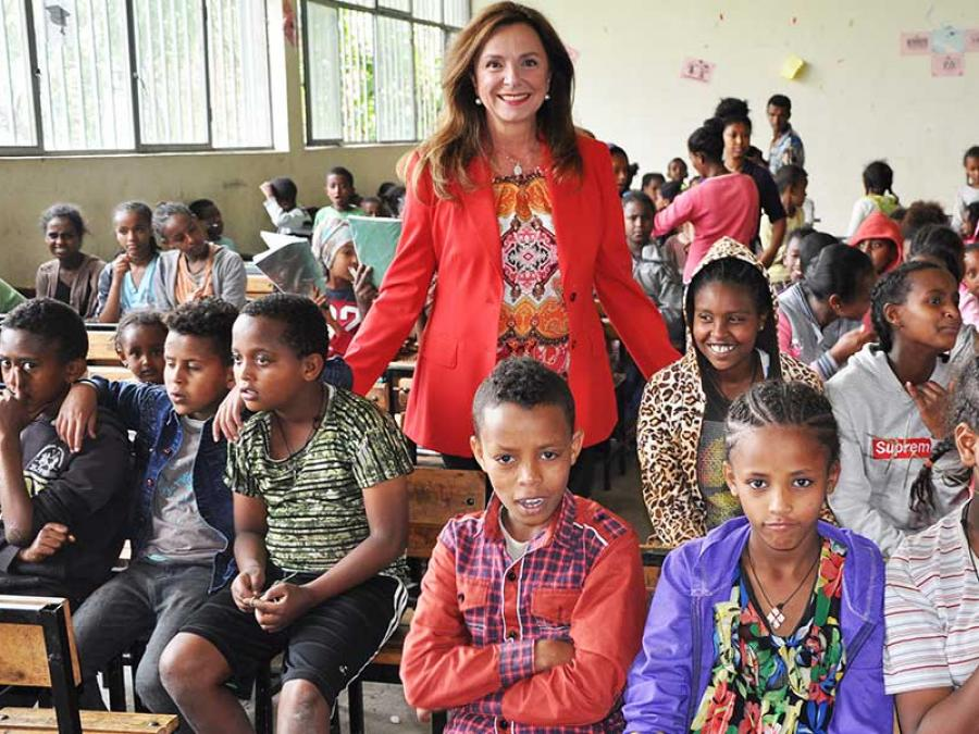 1-missio-Projektpatin Uschi Dämmrich von Luttitz in einem Schulspeisungsprojekt in Addis Abeba.