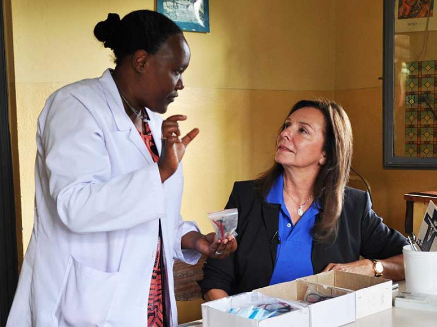 5-Uschi-Dämmrich von Luttitz informiert sich im missio-Gesundheitsprojekt in Taza über die Arbeit von Leiterin Schwester Meskel Kelta.
